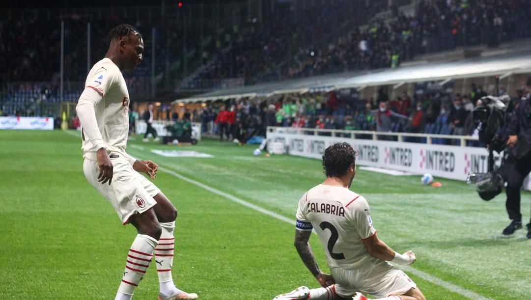 Davide Calabria, 24 anni, esulta con Rafael Leao, 22, dopo il gol del vantaggio al Milan