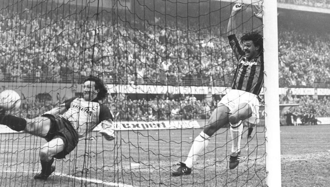 Zenga tenta il salvataggio, Gullit esulta: l'autogol di Ferri nel derby di Milano nel 1987