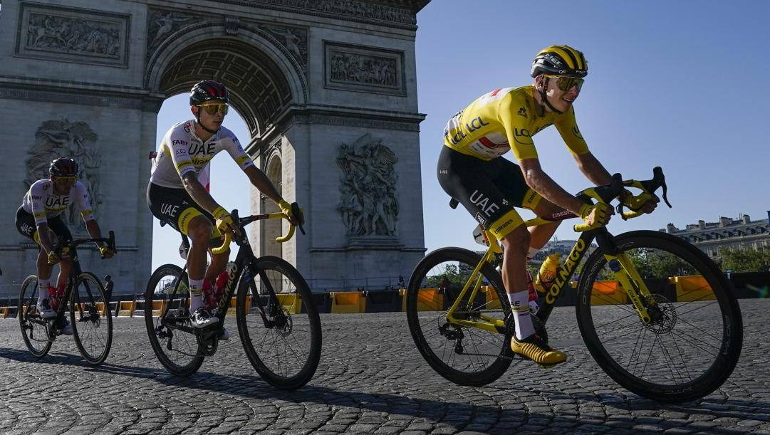 Tadej Pogacar, 23 anni, corre nella Uae Emirates. Alla terza stagione da pro', conta già due Tour de France (2020 e 2021),  Tirreno-Adriatico e Liegi-Bastogne-Liegi 2021