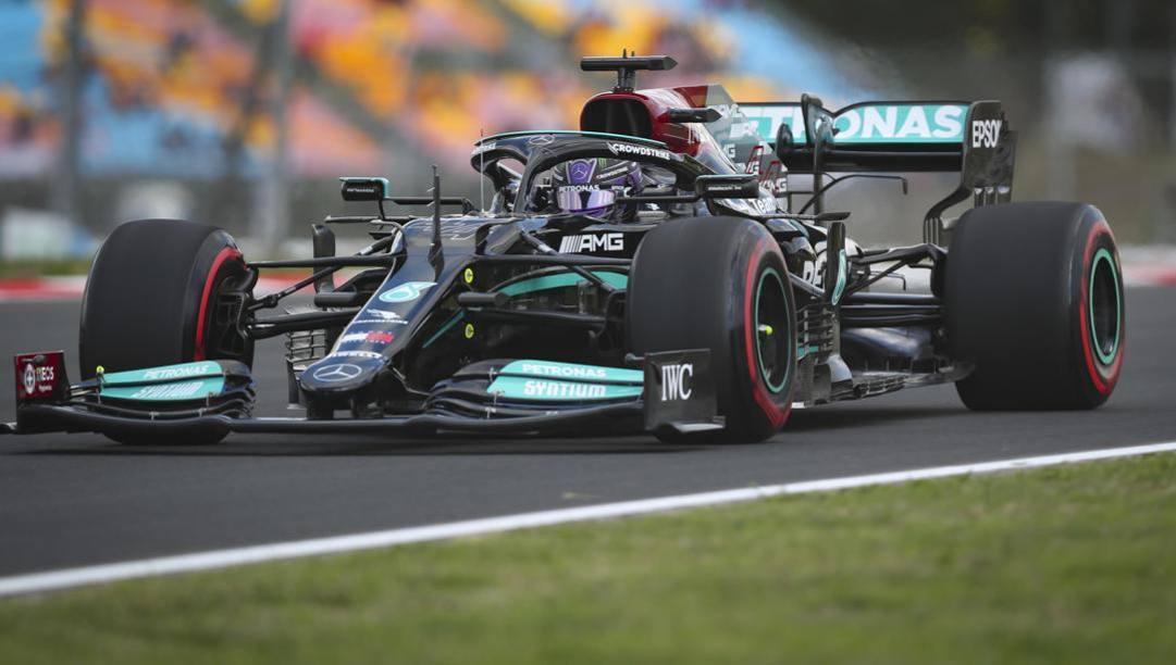 Lewis Hamilton in azione in Turchia con la Mercedes. Epa