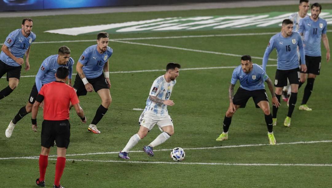 Messi alle prese con la difesa schierata uruguaiana. Afp