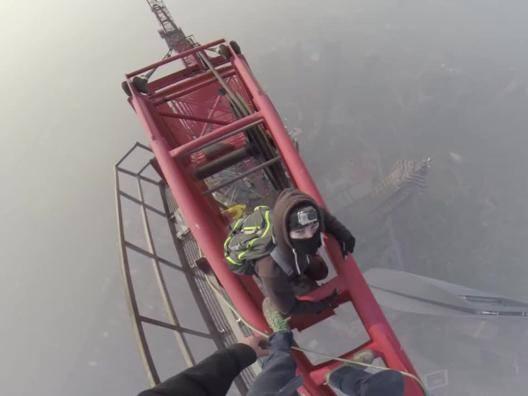 Shangai Tower, 650 metri scalati a mani nude da due ragazzi - Video Gazzetta.it