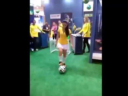 Pare una modella, palleggia come Neymar - Video Gazzetta.it
