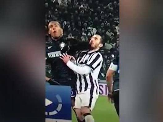 Juve-Inter: la gomitata di Juan Jesus a Chiellini - Video Gazzetta.it