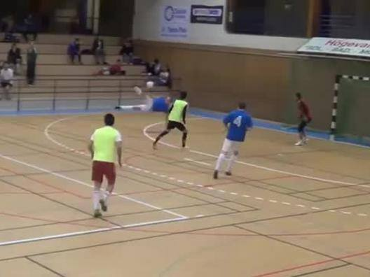 Ha 41 anni, fa l'arbitro e... segna come un fenomeno - Video Gazzetta.it