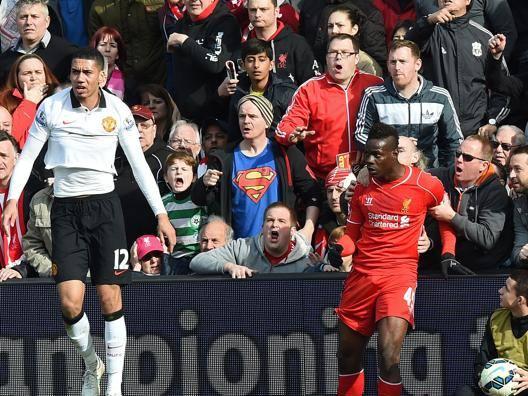 """Liverpool-United, """"Balotelli, fermati!"""" Mario trattenuto dai tifosi - Video Gazzetta.it"""