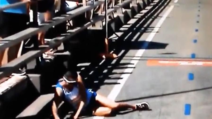 Il maratoneta in testa collassa