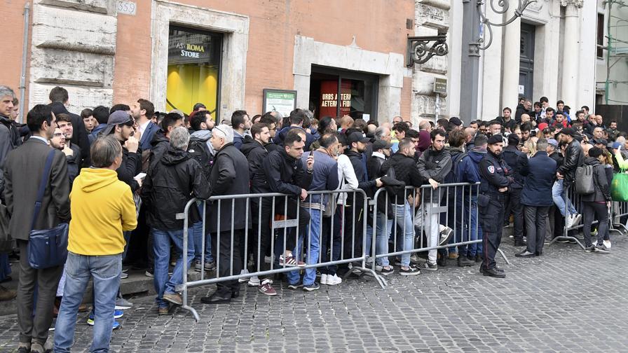 La lunga coda di tifosi a Roma