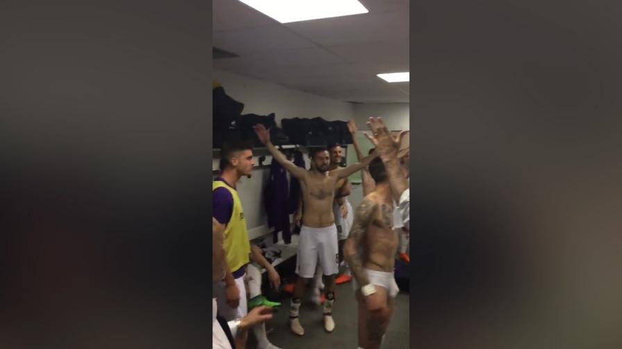 Panchine Spogliatoio Calcio : Fiorentina nello spogliatoio parte il coro per astori video