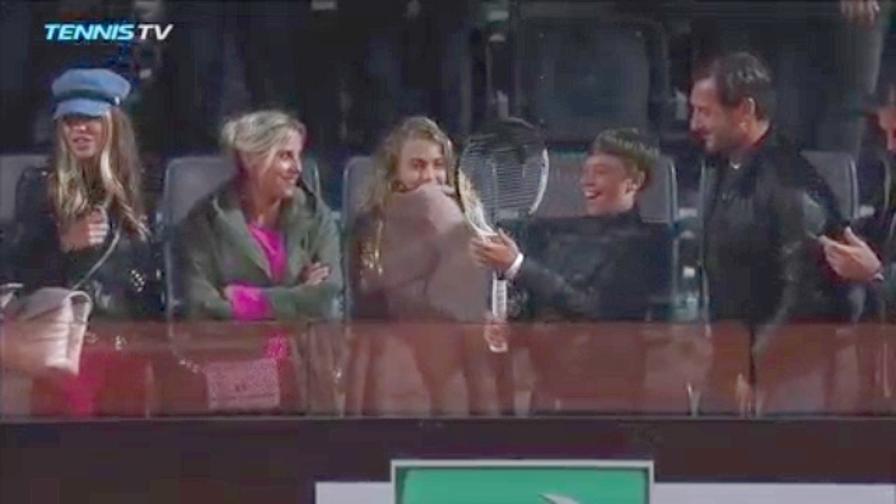 Zverev regala la racchetta al figlio di Totti
