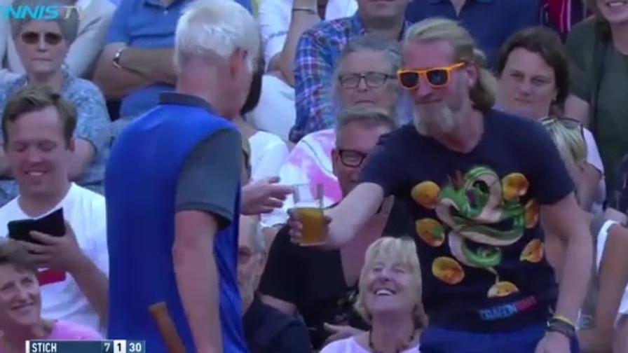 McEnroe rifiata... con una birra