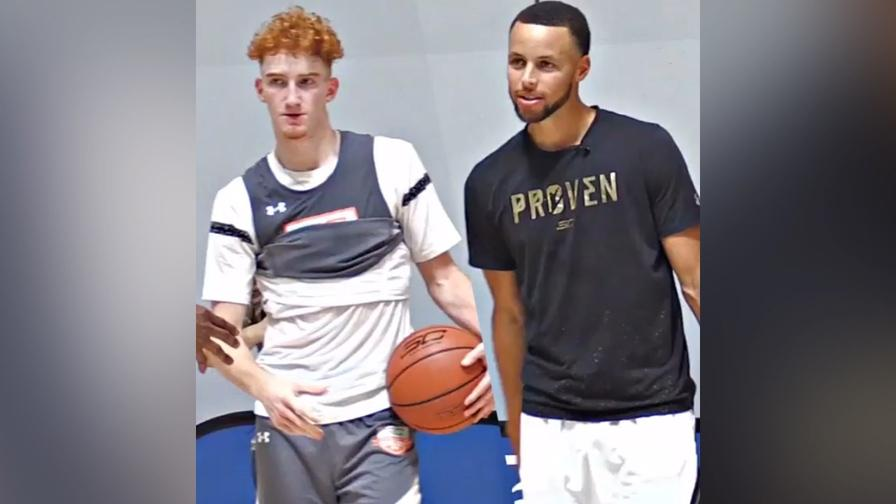 Nico Mannion fa un figurone con Steph Curry