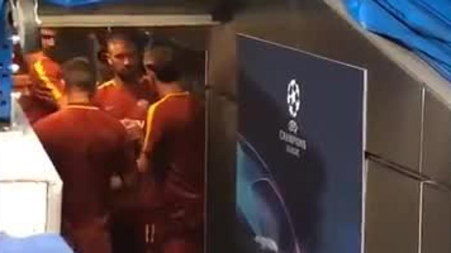 Zaniolo, i compagni lo incoraggiano nel tunnel