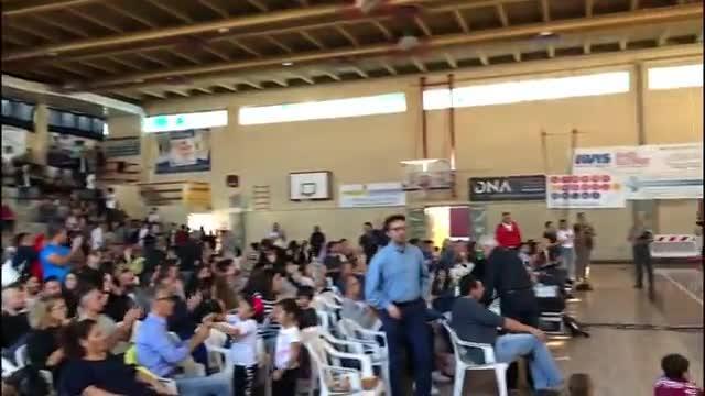 L'applauso alle azzurre dei tifosi del c.t. Mazzanti