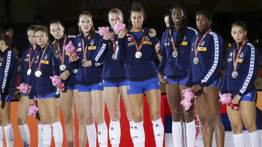 Le azzurre soddisfatte sul podio dopo la finale