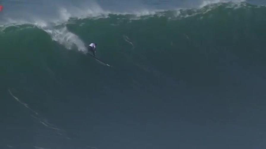 Scompare sotto un'onda gigantesca e poi... riappare!
