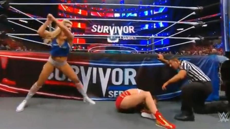 Charlotte massacra Ronda: con la mazza e con la sedia...