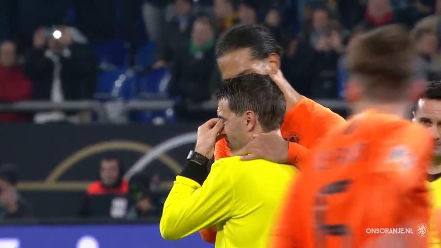 L'arbitro ha perso la madre, Van Dijk lo consola