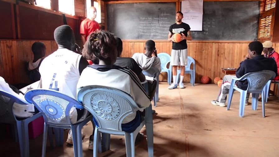 Basket: Bruno Cerella in Kenya per regalare sogni a 5 giovani