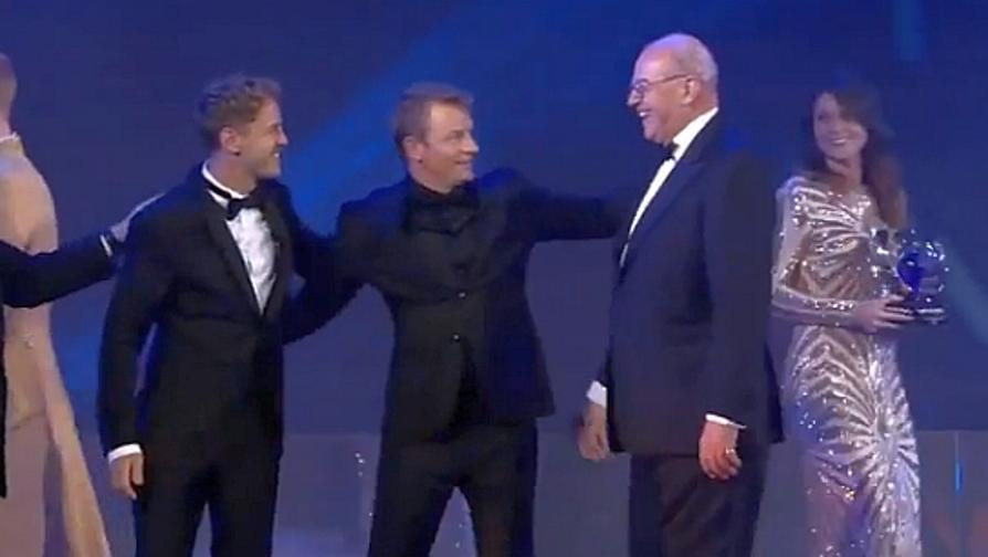 """Kimi """"allegro"""" sul palco: gag con Vettel"""