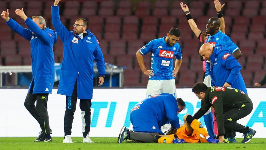 Napoli, paura per Ospina: si accascia ed esce in barella