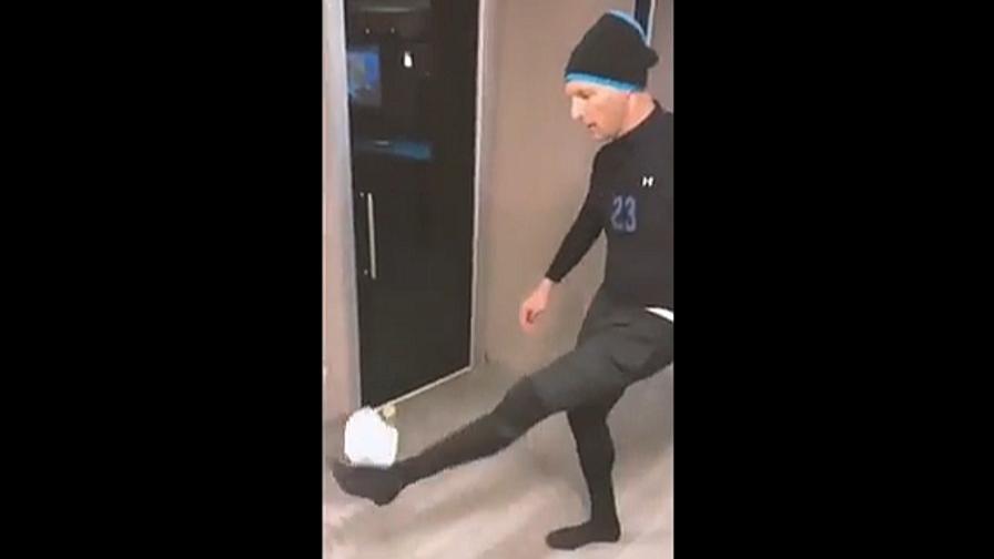 Materazzi sfida Balo con la carta igienica