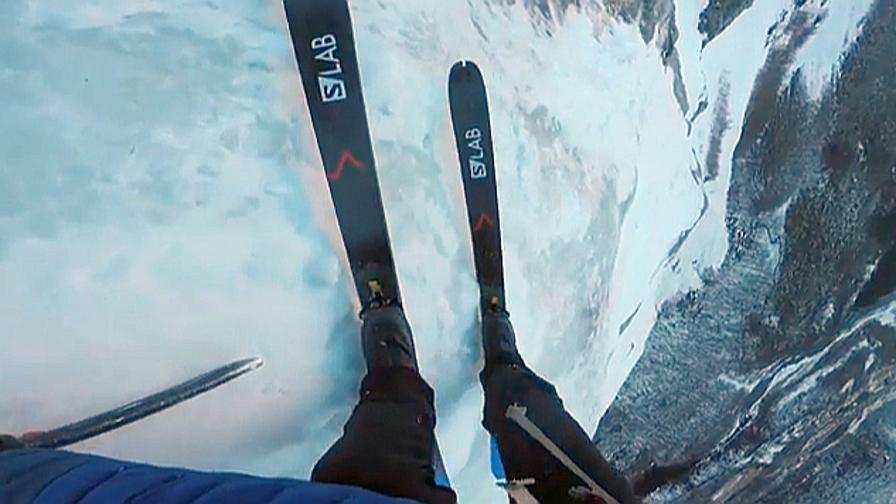 Con gli sci, giù per la parete verticale