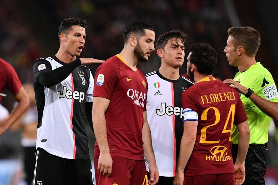 """Qualche tensione all'Olimpico tra Cristiano Ronaldo e Alessandro Florenzi. Il portoghese avrebbe detto al giallorosso: """"Sei troppo basso per parlare"""", facendo un gesto inequivocabile. Il """"piccolo"""" Florenzi pochi minuti dopo si prende però la soddisfazione di aprire le marcature per la Roma. E al 92' il raddoppio di Dzeko."""