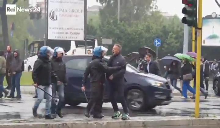 Sinisa Mihajlovic, allenatore del Bologna, si stava recando all'Olimpico per assistere alla finale di Coppa Italia tra Atalanta e Lazio, quando qualcuno gli ha dato dello zingaro, provocando la sua reazione. Gli agenti sono intervenuti per placare l'ira dell'ex biancoceleste (immagini Rainews)