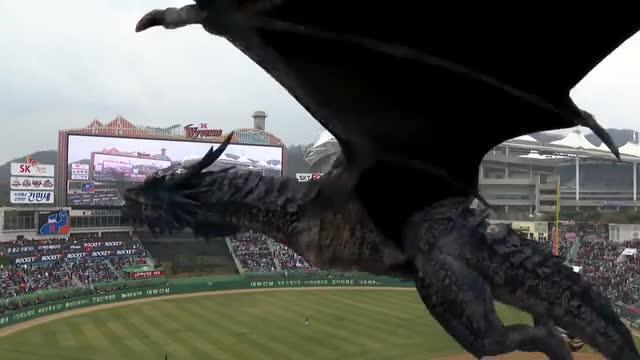 Corea del Sud: un drago vola sullo stadio. È magia 5G