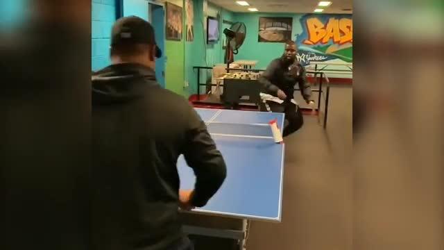 Incredibile ma vero: gioca a ping pong con i piedi