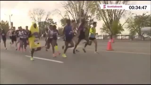 Ma perché lo fai? Corre la mezza maratona di Toronto vestito da banana
