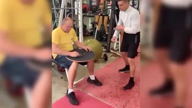 Boxe, il pugile si allena con le monetine: la velocità è impressionante