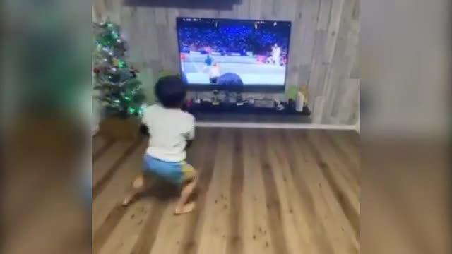 Baby tennista imita il suo mito Federer davanti alla tv: così...