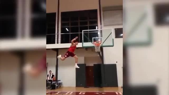 Il cestista vola per davvero, ma c'è un trucco...