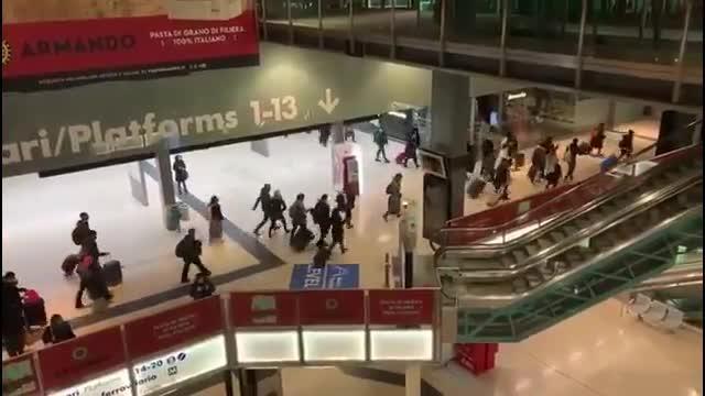 Ieri sera in molti hanno invaso la stazione Garibaldi di Milano, dopo essere trapelata la bozza del nuovo decreto per contrastare l'emergenza Coronavirus. Il video, che mostra la fuga in massa, ha fatto il giro del web