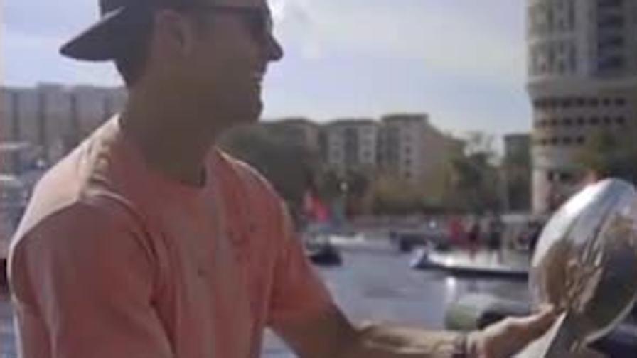 Brady, che rischio! Lancia il trofeo Lombardi da una barca all'altra