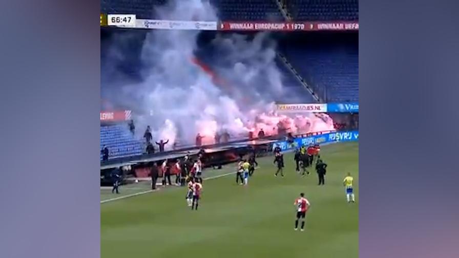 "Feyenoord, i tifosi ""invadono"" le tribune: partita interrotta"
