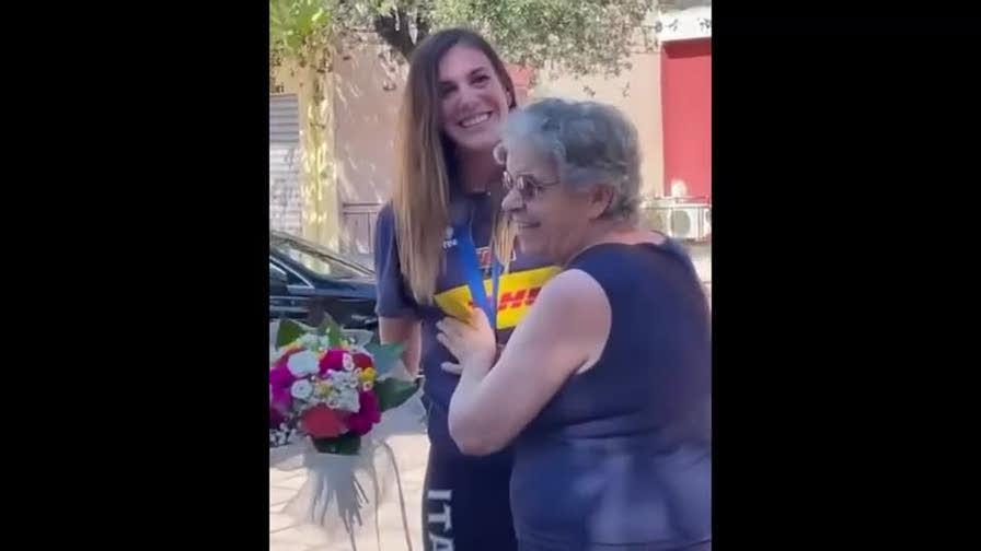 Volley, Alessia Orro commuove: consegna la medaglia ai nonni